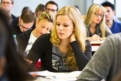 BWL-Studentin in einer Lehrveranstaltung