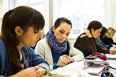 Studentinnen in einer Lehrveranstaltung